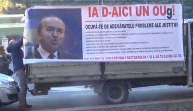 Foto: IMAGINEA ZILEI / Sediul Ministerului Justiţiei, atacat cu ouă!