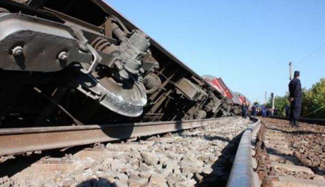 Foto: Tren cu 60 de călători deraiat! Mecanicul de locomotivă, rănit