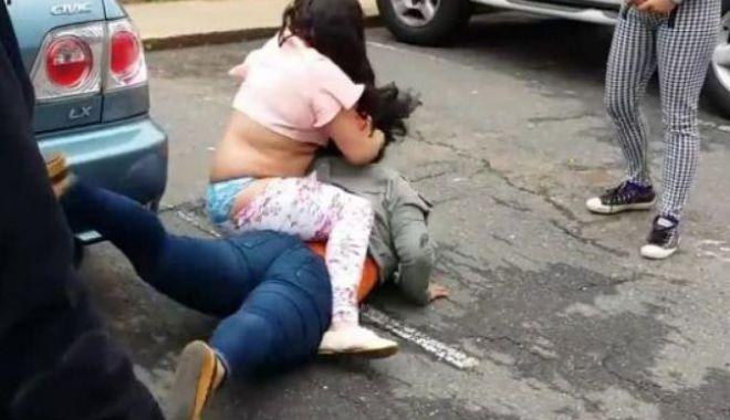 Foto: Bătaie din gelozie, în centrul oraşului. Tânără lovită cu pumnii şi picioarele de mai multe individe