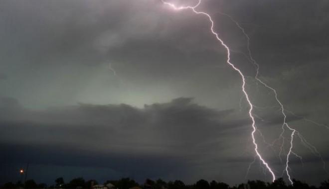 VREMEA SE STRICĂ DRASTIC! Avertizare meteo de ploi torenţiale, descărcări electrice şi vijelii