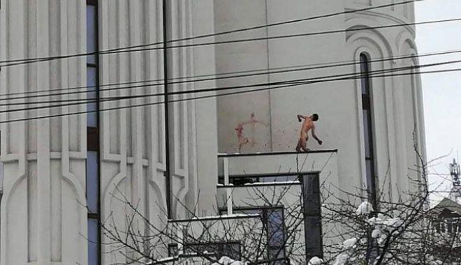 IMAGINE ŞOCANTĂ! Un tânăr gol puşcă s-a urcat pe catedrală, a ameninţat cu sinuciderea şi a desenat cruci cu propriul sânge - 646x4042-1518526597.jpg
