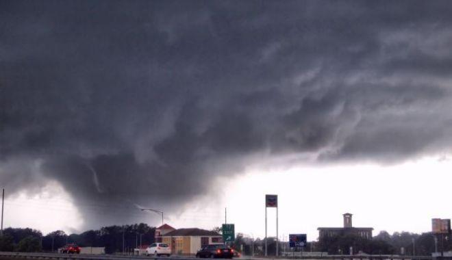 Foto: Furtunile continuă în SUA. Opt persoane au murit şi mai multe zeci sunt rănite