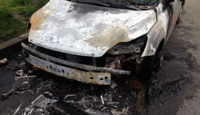 Foto: Act criminal! Autoturismul unui fost şef de Poliţie, incendiat într-o parcare