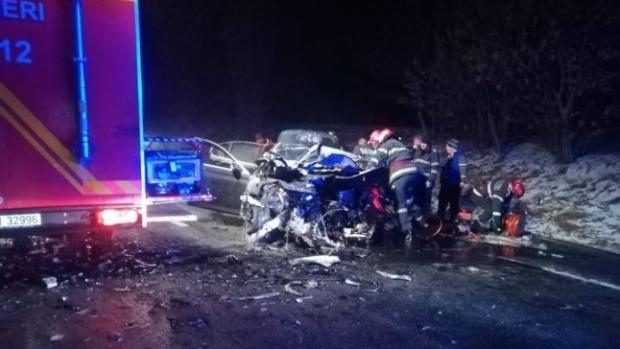 Foto: DEZASTRU PE ŞOSEA! Două autoturisme s-au ciocnit frontal, după ce un şofer a adormit la volan