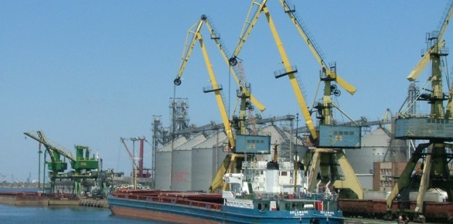 Foto: Porturile Constanţa şi Midia: 30 nave sub operaţiuni de încărcare - descărcare