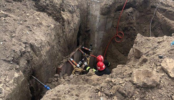 Foto: Alertă la ISU Constanța! Persoană prinsă sub un mal de pământ!