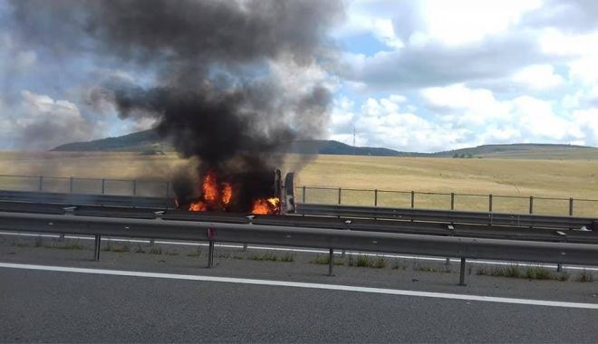 Foto: Mașină în flăcări pe Autostradă