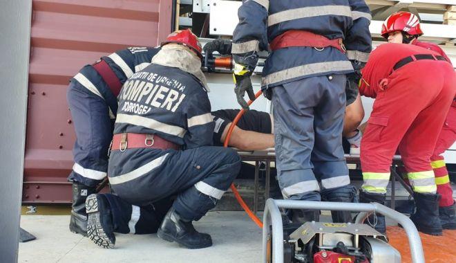 Foto: FOTO / Persoană prinsă între două containere, la Medgidia! / UPDATE