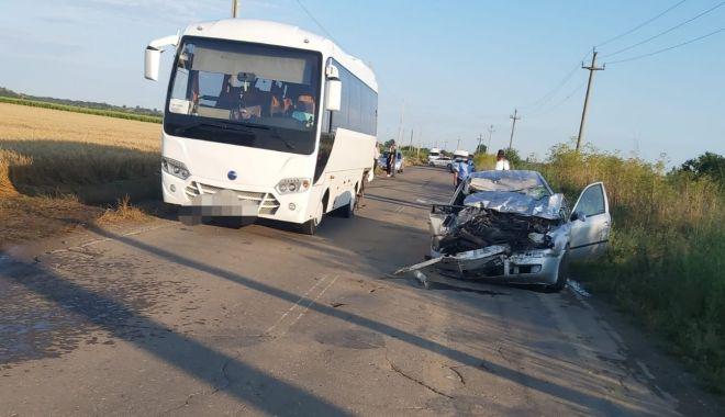 Foto: ACCIDENT MORTAL. A intrat cu mașina într-un autocar!