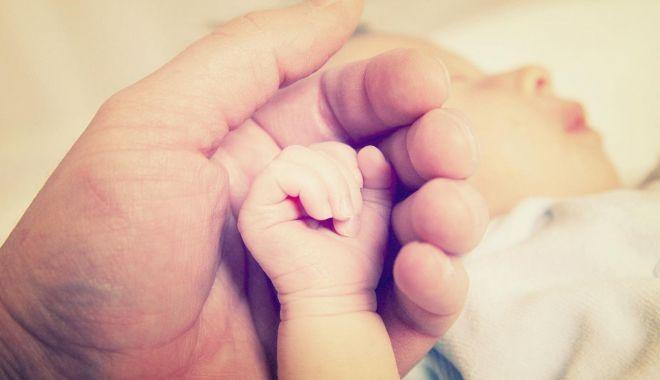Foto: Nou-născut, în stare gravă, după ce a fost scos dintr-o toaletă. Mama copilului este anchetată de poliţişti