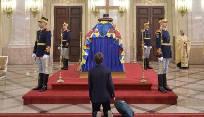 Foto: Cea mai emoționantă fotografie de la catafalcul regelui Mihai
