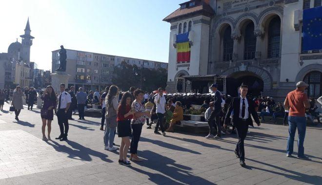 FOTOREPORTAJ / Noul an univesitar, la start! Studenții s-au strâns în Piața Ovidiu - 71754728560309514711452328250626-1569912707.jpg