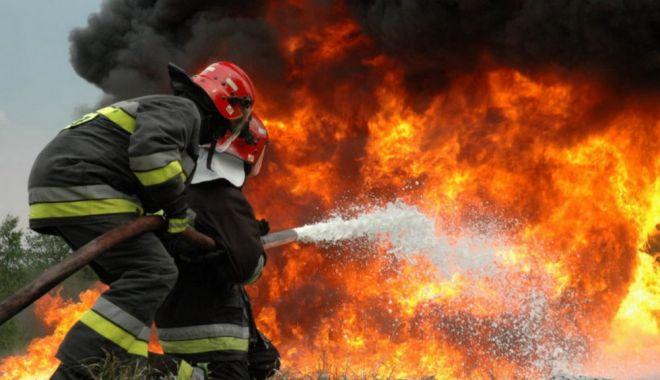 Foto: Pompierii ISU Dobrogea, în alertă! Arde o casă