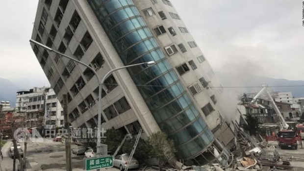 Foto: Imaginile dezastrului din Taiwan. Un hotel stă să se prăbuşească după cutremur