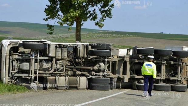 Foto: Camion încărcat cu butelii cu butan, răsturnat