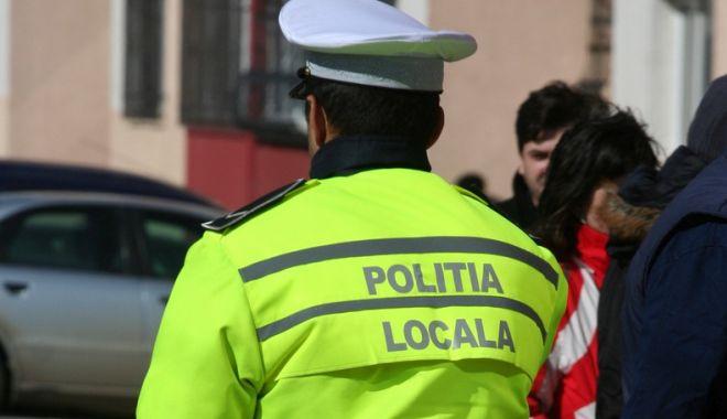 Foto: Focuri de armă! Un poliţist a fost luat pe capotă de şoferul unui BMW, care a parcat neregulamentar