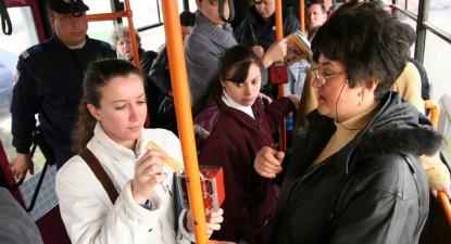 Foto: Controlorii RATC se fac că nu-i văd pe romii fără bilet
