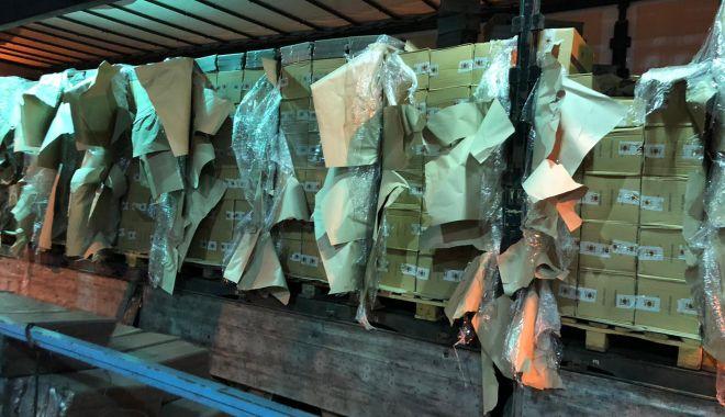Foto: 800 de baxuri de ţigări de contrabandă, confiscate de vameși