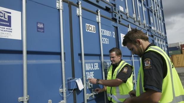 Foto: 800 maşini de tuns gazonul, reţinute de vameşii din portul Constanţa