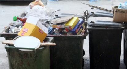 """Foto: Pubele de gunoi înfipte în  """"inima"""" unui loc de joacă pentru copii"""