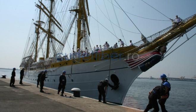 Doi studenți reprezintă Academia Navală