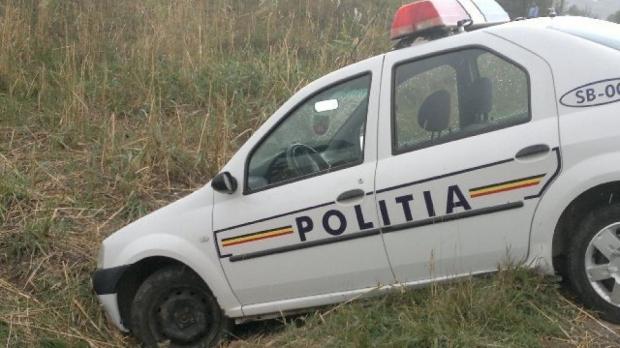 Foto: Poliţist beat, implicat într-un accident cu maşina de serviciu