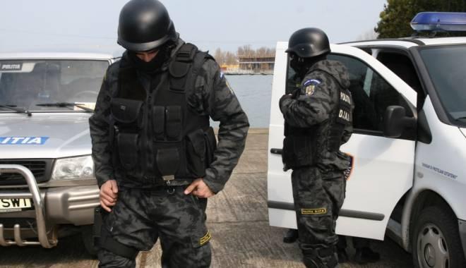 Foto: Acuzat de proxenetism, ridicat de poliţişti de la propria NUNTĂ