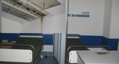 Foto: După reabilitare, Unitatea de Primiri Urgenţe s-a ales cu igrasie şi cu tavanul căzut