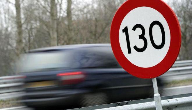 Foto: Şofer prins 'zburând' cu 218 km/h! Cum l-au sancţionat poliţiştii
