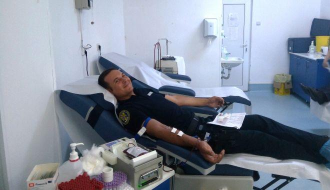 Foto: Jandarmii constănţeni donează sânge pentru semenii lor