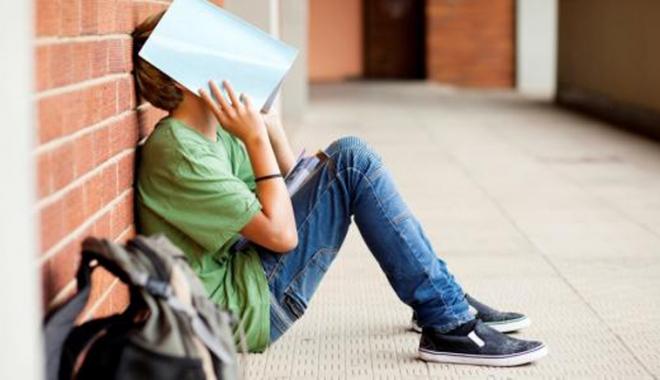 """Foto: Elevii acuză: """"Este încurajat abandonul şcolar!"""""""
