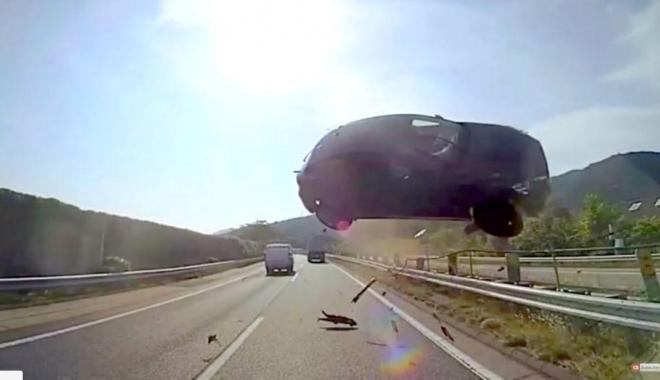 Foto: VIDEO INCREDIBIL! Unul dintre cele mai cumplite accidente filmate vreodată