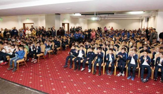 Foto: Academia Hagi şi-a premiat  cei mai valoroşi tineri fotbalişti