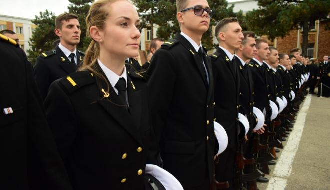 Promisiuni solemne, cu lacrimi şi mândrie în suflet. Viitorii ofiţeri şi maiştri militari de marină au depus jurământul - academianavala13-1508860333.jpg