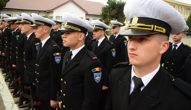 Foto: Promisiuni solemne, cu lacrimi şi mândrie în suflet. Viitorii ofiţeri şi maiştri militari de marină au depus jurământul