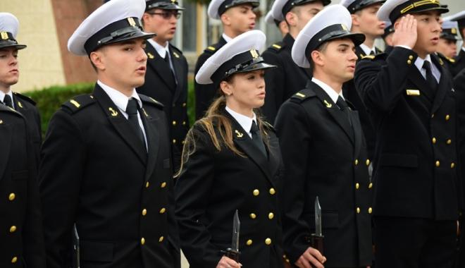 Promisiuni solemne, cu lacrimi şi mândrie în suflet. Viitorii ofiţeri şi maiştri militari de marină au depus jurământul - academianavala61-1508860341.jpg