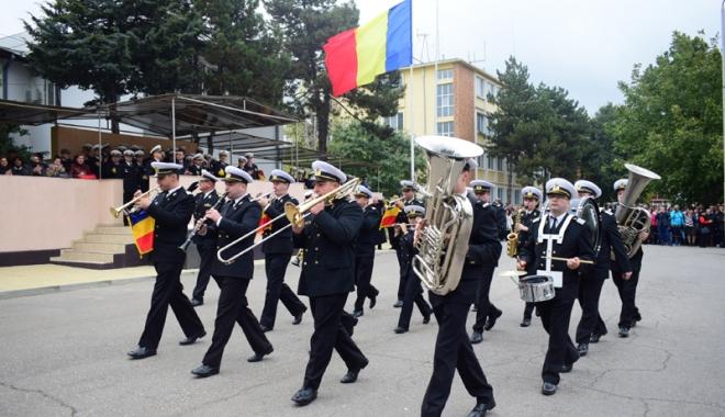Promisiuni solemne, cu lacrimi şi mândrie în suflet. Viitorii ofiţeri şi maiştri militari de marină au depus jurământul - academianavala74-1508860348.jpg