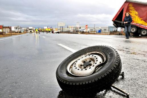 Foto: TRAGEDIE RUTIERĂ! UN MORT, în urma impactului dintre un autoturism şi o cisternă cu lapte