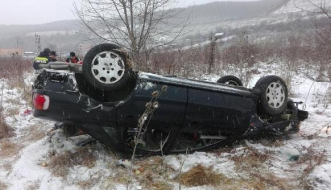 Foto: Patru victime, după ce maşina în care se aflau s-a răsturnat. Şoferiţa nu are permis!