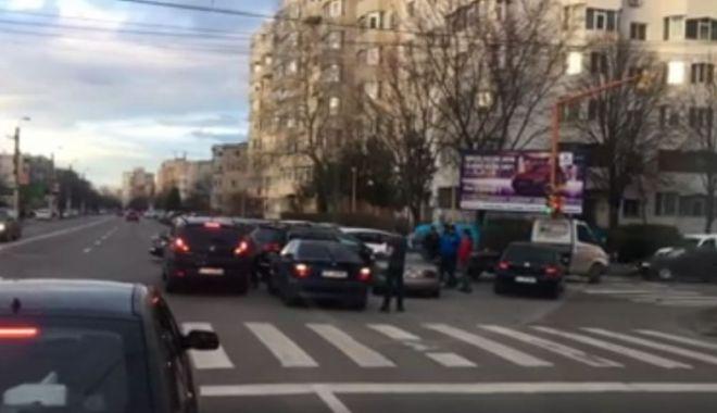 Foto: Accident pe strada Soveja. Mai multe maşini au fost avariate