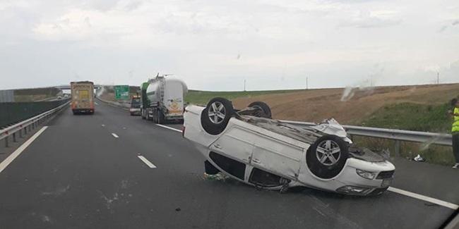 Foto: Grav accident rutier pe Autostrada Soarelui. O maşină s-a răsturnat! Sunt patru victime