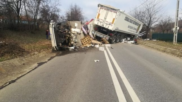 Foto: Două TIR-uri şi un camion s-au ciocnit violent. Un mort şi mai mulţi răniţi
