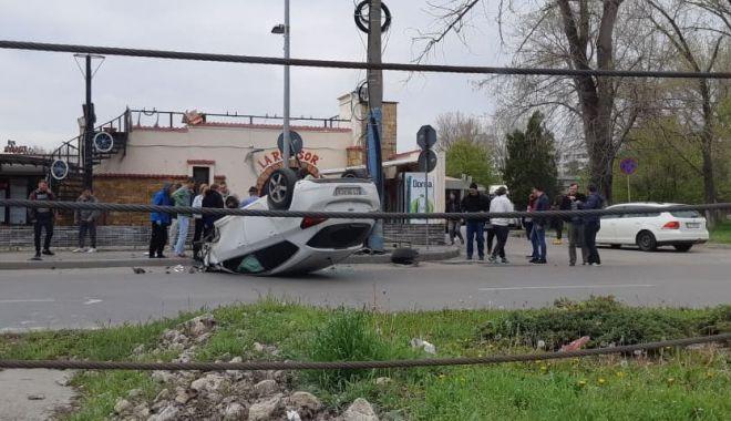 UPDATE - Maşină răsturnată, în staţiunea Mamaia - acc-1555486284.jpg