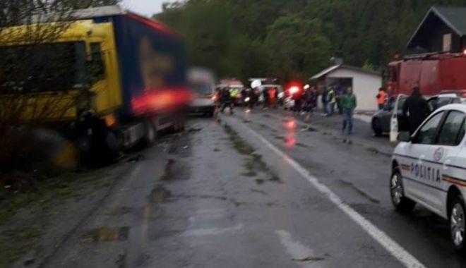 Foto: Şapte victime, după ce un autoturism a fost lovit de un TIR