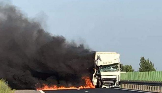 UN TIR s-a făcut scrum pe Autostrada Soarelui, în urma ciocnirii cu un alt autocamion - acc-1593073579.jpg