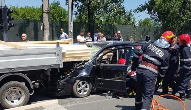 Accident grav în București. Șofer rănit după ce lemnele dintr-o remorcă i-au intrat prin parbriz - acc-1593254788.jpg