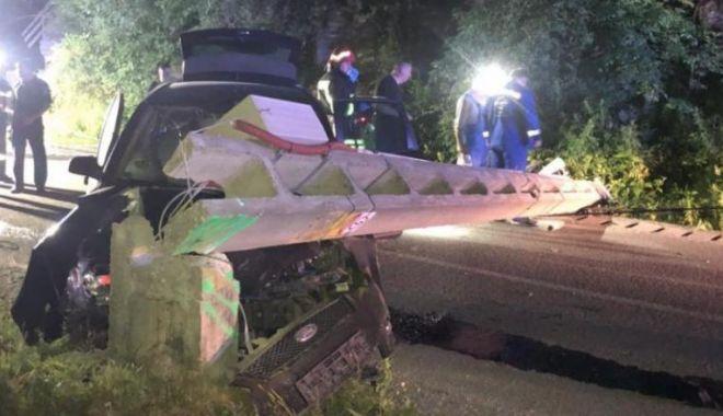 Foto: Accident rutier grav! Un tânăr de 19 ani a intrat cu mașina într-un stâlp de electricitate: un mort și doi răniți