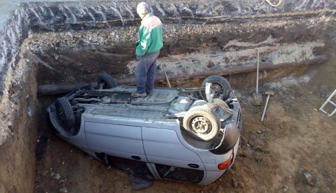 GRAV ACCIDENT RUTIER, la Constanţa. Matiz căzut într-o groapă de 5 metri, pe bd. Aurel Vlaicu. Un muncitor, la un pas de a fi strivit! - acc1-1509521664.jpg