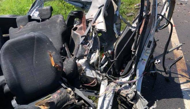 IMAGINI ŞOCANTE! TRAGEDIE la Constanţa. Maşină spulberată de un tir. O persoană a murit - acc1-1529486738.jpg