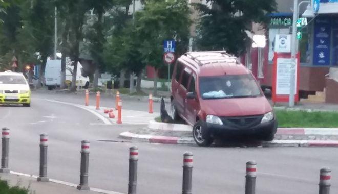"""Foto: La un pas de o tragedie! Un şofer beat a """"zburat"""" cu Loganul peste sensul giratoriu, în mijlocul Constanţei"""